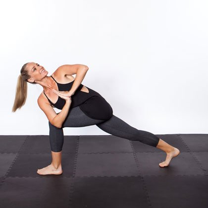yoga-bung-phang-tu-the-van-thung-warrior-lunge-twist